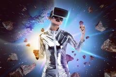 Ładna azjatykcia kobieta jest ubranym srebnego lateksowego kombinezon i VR słuchawki Zdjęcie Royalty Free