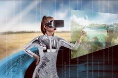 Ładna azjatykcia kobieta jest ubranym srebnego lateksowego kombinezon i VR słuchawki Zdjęcie Stock