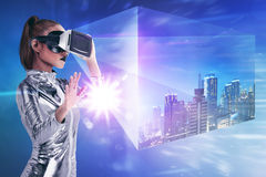Ładna azjatykcia kobieta jest ubranym srebnego lateksowego kombinezon i VR słuchawki Fotografia Stock
