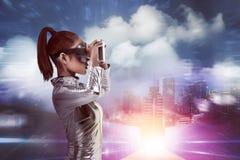 Ładna azjatykcia kobieta jest ubranym srebnego lateksowego kombinezon i VR słuchawki Obrazy Stock