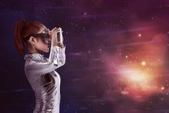 Ładna azjatykcia kobieta jest ubranym srebnego lateksowego kombinezon i VR słuchawki Obraz Royalty Free