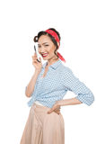 Ładna azjatykcia szpilki dziewczyna opowiada na smartphone i ono uśmiecha się przy kamerą Obrazy Stock