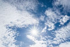 Ładna biel chmura, słońce z jarmarkiem na niebie i Fotografia Stock