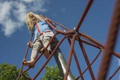Ładna blond dziewczyna bawić się na arkanie czerwona sieć w lecie fotografia royalty free