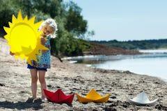 Ładna blond dziewczyna bawić się w parku Obrazy Royalty Free