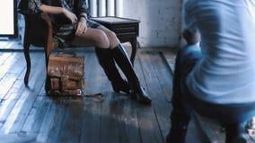 Ładna blond dziewczyna pozuje dla fotografii w studiu zbiory wideo