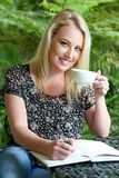 Ładna Blond dziewczyna z dzienniczkiem Obraz Royalty Free
