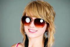 Blondyny z okularami przeciwsłoneczne Zdjęcie Royalty Free