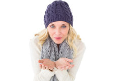 Ładna blondynka dmucha nad rękami w zimy modzie Zdjęcia Stock