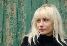 Ładna blondynka przeciw grunge zieleni ścianie. Obrazy Royalty Free
