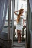 Ładna blondynka w żywym pokoju Fotografia Royalty Free