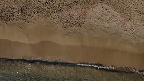 Ładna blondynka w białym bikini sunbathes na koc blisko oceanu zbiory