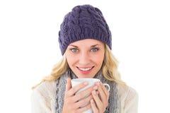 Ładna blondynka w zimy mody mienia kubku Zdjęcia Stock
