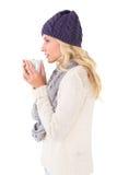 Ładna blondynka w zimy mody mienia kubku Zdjęcie Royalty Free