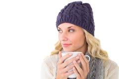 Ładna blondynka w zimy mody mienia kubku Obrazy Royalty Free