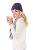 Ładna blondynka w zimy mody mienia kubku Obraz Royalty Free