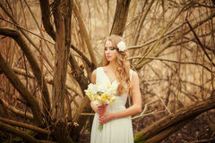 Ładna blondynka z bukietem Obrazy Royalty Free