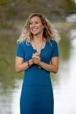 Ładna blondynki dziewczyna w Błękitnej sukni Fotografia Stock