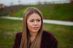 Ładna blondynki dziewczyna z futerkowym żakietem Obrazy Royalty Free
