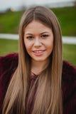 Ładna blondynki dziewczyna z futerkowym żakietem Fotografia Royalty Free