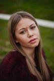 Ładna blondynki dziewczyna z futerkowym żakietem Zdjęcie Royalty Free