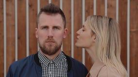 Ładna blondynki kobieta szepcze na ucho przystojny brodaty mężczyzna outdoors zdjęcie wideo