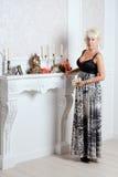 Ładna blondynki kobieta w luksusowym wnętrzu obrazy stock