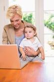 Ładna blondynki kobieta z jego synem używa laptop Zdjęcia Royalty Free