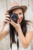 Ładna brunetka bierze fotografię Zdjęcie Royalty Free