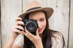 Ładna brunetka bierze fotografię Obraz Royalty Free