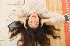 Ładna brunetka jest ubranym drelichowego cajgu bielu wierzchołek Zdjęcie Royalty Free