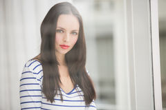 Ładna brunetka patrzeje kamerę Fotografia Stock