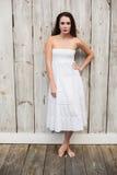 Ładna brunetka pozuje w biel sukni Obraz Royalty Free