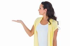 Ładna brunetka przedstawia jej rękę Obrazy Royalty Free