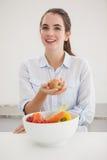 Ładna brunetka trzyma jabłka Obrazy Stock