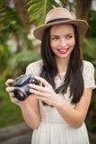 Ładna brunetka trzyma jej kamerę Zdjęcia Stock