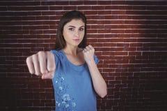 Ładna brunetka uderza pięścią kamera fotografia royalty free