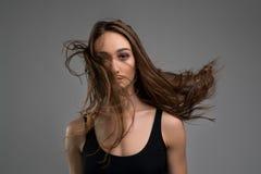 Ładna brunetka w czerń wierzchołek cropped widoku obraz stock