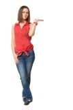 Ładna brunetka w niebieskich dżinsach dalej i czerwonej koszula Zdjęcia Royalty Free