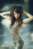 Seksowna brunetka z przypadkową odzieżą i oba rękami na głowie Obraz Royalty Free