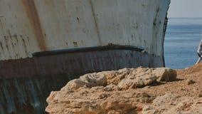 Ładna brunetki dama chodzi blisko statku w Cypr zbiory