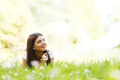 Ładna brunetki dziewczyna kłaść na trawie Obraz Stock