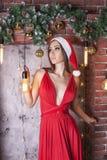 Ładna brunetki dziewczyna w wakacyjnym nastroju Krótkopęd w studiu z christm zdjęcia royalty free