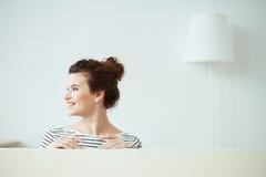 Ładna brunetki dziewczyna wyraża pozytywne emocje obrazy stock