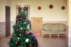 Ładna choinka dekorująca i ornamentująca Zdjęcie Stock