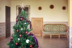 Ładna choinka dekorująca i ozdobna Zdjęcia Royalty Free