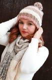 Ładna czerwień przewodził dziewczyny jest ubranym pom pom szalika i kapelusz Zdjęcie Royalty Free