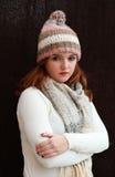 Ładna czerwień przewodził dziewczyny jest ubranym pom pom szalika i kapelusz Fotografia Stock