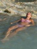 Ładna dama cieszy się wodę, obok siklawy Obrazy Royalty Free
