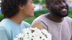 Ładna dama excited z przedstawiającymi kwiatami, cieszy się czas z ukochanym chłopakiem zbiory